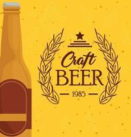 garrafa de cerveja artesanal em fundo amarelo vetor