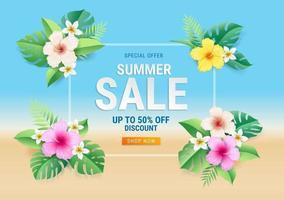 cartão de venda de verão com flores de hibisco na folha tropical no fundo da praia. ilustração vetorial vetor
