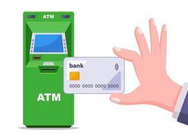 retirando dinheiro de um caixa eletrônico verde. mão segura um cartão de crédito de plástico. ilustração vetorial plana isolada no fundo branco. vetor