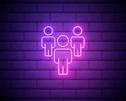 luz neon. ícone de linha de grupo. usuários ou sinal de trabalho em equipe. símbolo de silhueta de pessoa. design gráfico brilhante. parede de tijolos. vetor