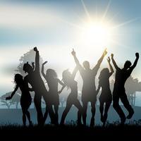 Festa de pessoas dançando no campo