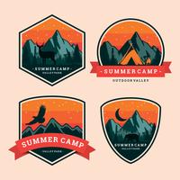Etiqueta de remendo do acampamento de verão vetor