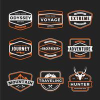 Conjunto de aventura ao ar livre de logotipo do emblema e distintivo de engrenagem de viagem lo vetor