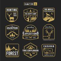 Conjunto de campismo ao ar livre e logotipo de distintivo de engrenagens de aventura vetor