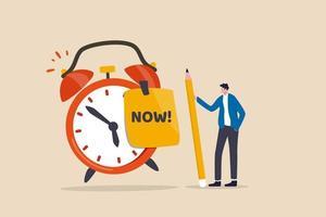 pare de procrastinação, faça agora ou decisão de terminar o trabalho ou compromisso no conceito de tempo, empresário de confiança segurando o lápis depois de escrever a palavra agora na nota e colá-la no despertador tocando vetor