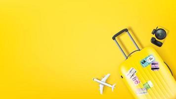 ilustração de viagens com bolsa amarela, modelo de câmera e aeronave. ilustração plana lay vetor
