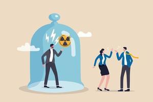 chefe tóxico, ambiente ruim no local de trabalho, injustiça, microgerenciar ou enganar o conceito de gerente, gerente zangado capturado na capa com proibição de sinal tóxico e a equipe discutindo pacificamente o trabalho fora.