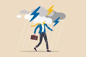 problema de negócios, obstáculo ou risco para superar e ter sucesso, seguro ou conceito de dia útil de catástrofe e desastre, empresário deprimido andando com tempestade nublada e chuva em torno de seu rosto