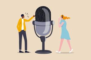 podcast em série episódica de registros de áudio digital transmitidos ou streaming via internet para ouvintes fáceis, podcasters profissionais, homem e mulher, conversam com um grande microfone de podcast e usando fone de ouvido vetor