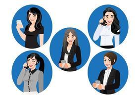 conjunto de mulheres de negócios usando ilustração plana em vetor smartphone