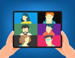 conceito de vetor de conferência web de negócios. homem segurando um tablet moderno. ilustração de estilo moderno