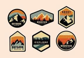 conjunto de aventura e montanha ao ar livre modelo de logotipo vintage, estilo distintivo ou emblema vetor