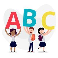 Bonitos crianças vestindo roupas de escola segurando cartas coloridas vetor