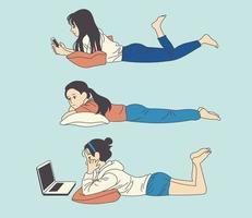 a menina está deitada em uma almofada e olhando para o celular ou jogando um computador. mão desenhada estilo ilustrações vetoriais. vetor