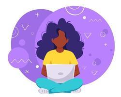 mulher negra trabalhando no conceito de trabalho remoto freelance para laptop vetor