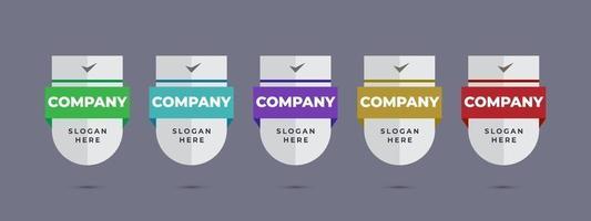 escudo logotipo distintivo modelo de design para empresa de negócios ou ícone de certificação de produto corporativo banner sinal com ilustração vetorial de fita vetor
