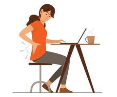 mulher freelance sente dores nas costas na área da cintura enquanto trabalha on-line com um laptop de casa vetor
