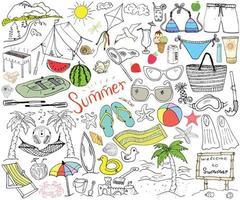 temporada de verão doodles elementos esboço desenhado à mão conjunto com guarda-sol óculos de sol palmas e rede itens de acampamento na praia montanhas barraca balsa churrasqueira pipa desenho doodle isolado no branco vetor