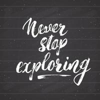 letras nunca, nunca pare de explorar as citações motivacionais. esboço desenhado à mão sinal de design tipográfico, ilustração vetorial isolada no fundo do quadro-negro vetor