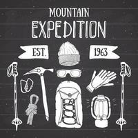 conjunto vintage de expedição de montanha. mão desenhados elementos de esboço para emblema distintivo retrô, aventura de caminhadas ao ar livre e montanhas explorando design de rótulo, esportes radicais, ilustração vetorial no quadro-negro. vetor