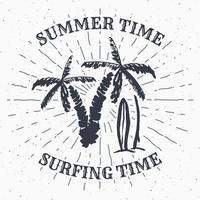 mão desenhada texturizado grunge rótulo vintage, distintivo retrô ou design de tipografia de camiseta com ilustração vetorial de palmeira e pranchas de surf vetor