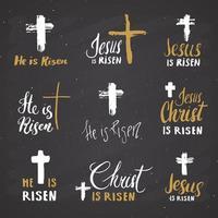ele ressuscitou, letras definem sinais religiosos com símbolos de crucifixo. cruz cristã desenhada à mão, distintivo retrô texturizado grunge, rótulo vintage, impressão de design de tipografia, ilustração vetorial no quadro vetor