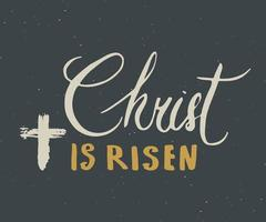 ele ressuscitou, rotulando um signo religioso com o símbolo do crucifixo. cruz cristã desenhada à mão, distintivo retro texturizado grunge, rótulo vintage, impressão de design de tipografia, ilustração vetorial vetor