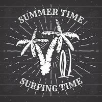 mão desenhada texturizado grunge vintage rótulo, distintivo retrô ou design de tipografia de camiseta com ilustração vetorial de palmeira e pranchas de surf no quadro-negro vetor
