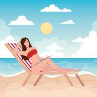 mulher com maiô deitada na cadeira de praia, temporada de férias de verão vetor