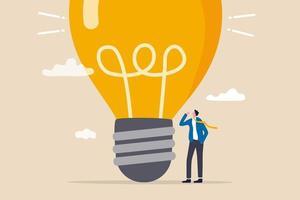 pense grande, aspiração de vencer e sucesso nos negócios, grande ideia de criatividade e imaginação para superar o conceito de medo, empresário empresário inteligente pensando com grande lâmpada de ideia superdimensionada. vetor