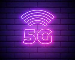 ícone de rede neon 5g, tecnologia móvel. sinal de néon, conexão de internet sem fio 5g com taxa de transferência de dados de alta velocidade para telefones. símbolo brilhante isolado, ilustração vetorial isolada na parede de tijolos vetor
