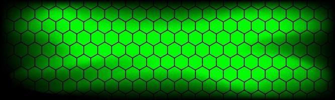 Cabeçalho de tecnologia moderna verde com malha hexagonal preta. banner de textura geométrica de metal abstrato. ilustração de fundo vetorial simples vetor