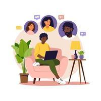 conceito de promoção social, indique um amigo, indique e ganhe. marketing de referência. mulher africana sentada com o laptop na poltrona. apartamento. ilustração vetorial. vetor