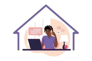 ficar o conceito de casa. mulher africana com fones de ouvido e microfone com laptop. suporte, assistência, central de atendimento. ilustração vetorial plana. vetor