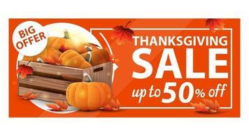 Venda de ação de graças, até 50 de desconto, banner laranja da web com desconto com caixas de madeira com abóboras maduras e folhas de outono vetor