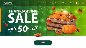 venda de ação de graças, até 50 de desconto, banner web horizontal verde moderno com textura de polígono no fundo com caixas de madeira de abóboras maduras e folhas de outono vetor