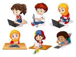 Crianças, usando computador, e, tabuleta vetor