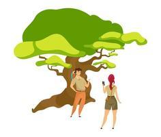 ilustração em vetor turista cor plana. mulher fotografando homem perto da árvore. caminhantes na floresta. casal de exploradores. aventureiros com vegetação. mochileiros isolaram personagem de desenho animado em fundo branco