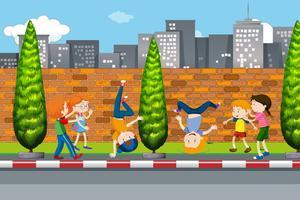 Crianças dançando na rua vetor
