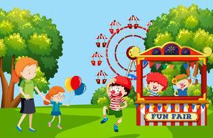 Crianças que visitam a feira de diversões
