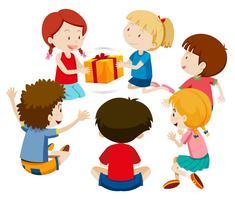 Crianças jogam jogo presente vetor