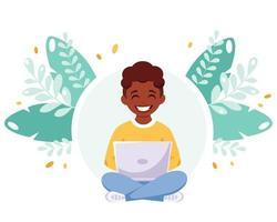 menino afro-americano, estudando com o computador. aprendizagem online vetor