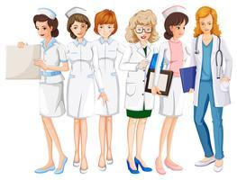 Médicos do sexo feminino e enfermeiros de uniforme