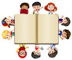 Livro em branco e muitas crianças