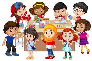 Muitas crianças aprendendo matemática em sala de aula vetor