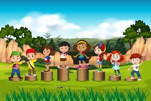 Crianças internacionais no suporte de madeira