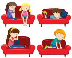 Conjunto de crianças deprimidas no sofá vetor