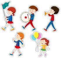 Adesivo definido com crianças andando vetor