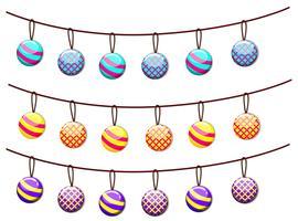 Bolas de ornamento pendurado em cordas vetor