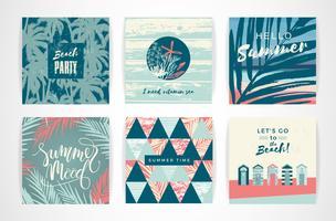 Conjunto de cartões de verão com elementos de desenho à mão.